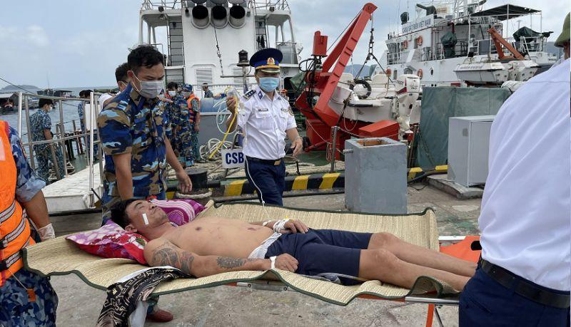 Tổ quân y của Bộ tư lệnh Vùng Cảnh sát biển 4 đưa bệnh nhân về Bệnh viện đa khoa TP. Phú Quốc.