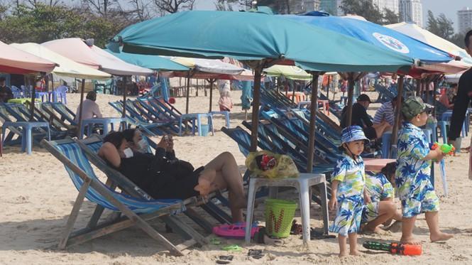 Du khách đi tắm biển luôn mang khẩu trang.