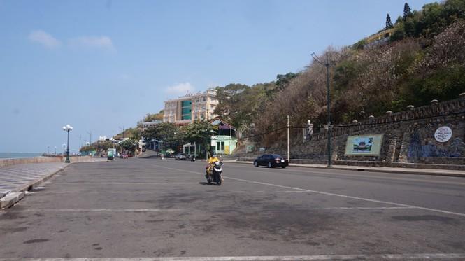 Trong ngày 24/2,  PV Tiền Phong ghi nhận nhiều tuyến phố quanh bãi biển khá vắng vẻ.