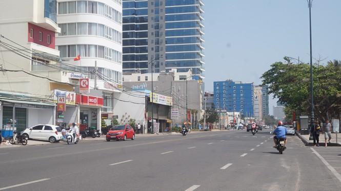 Đường Thuỳ Vân chạy dọc bãi tắm vắng vẻ.