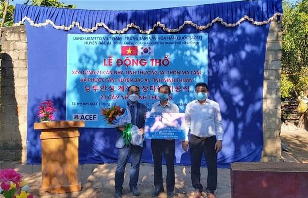 Ông Ko Jae Seung - Giám đốc phụ trách dự án xây dựng nhà tình thương của Trung tâm văn hóa Hàn Quốc (đứng bên trái) trao tặng vốn viện trợ không hoàn lại cho lãnh đạo huyện Bác Ái thực hiện dự án. (Ảnh: Công Thử/TTXVN)