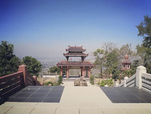 """Khung cảnh tuyệt đẹp nhìn từ chánh điện chùa Linh Sơn Bửu Thiền thu hút nhiều bạn trẻ đến """"check-in"""". Ảnh: CTV"""