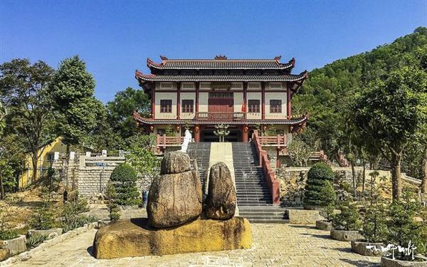 Chánh điện chùa Linh Sơn Bửu Thiền trên đỉnh núi Thị Vải. Ảnh: CTV