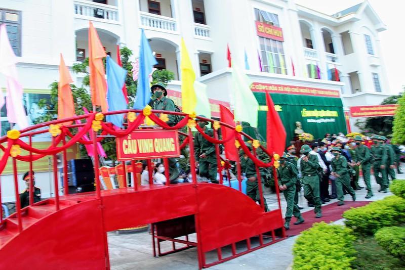 Các tân binh thực hiện nghi thức qua cầu Vinh Quang. Ảnh: NÚI XANH