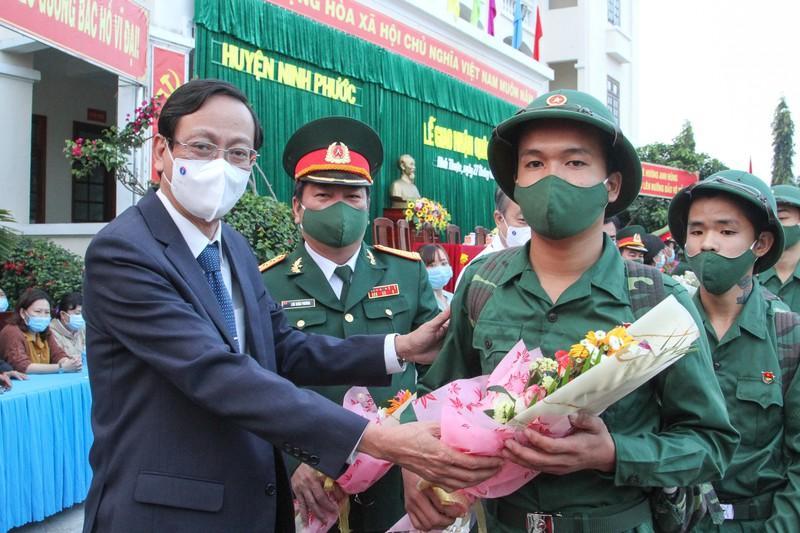 Ông Nguyễn Đức Thanh, Bí thư tỉnh ủy Ninh Thuận, tặng hoa cho thanh niên lên đường nhập ngũ tại huyện Ninh Phước. Ảnh: Núi Xanh