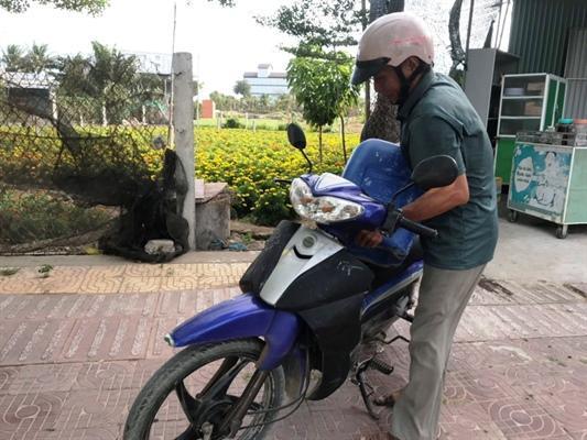 Người dân dùng can đi mua nước