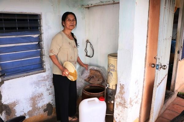 Bà Mai phải dự trữ nước trong nhà để dùng dần