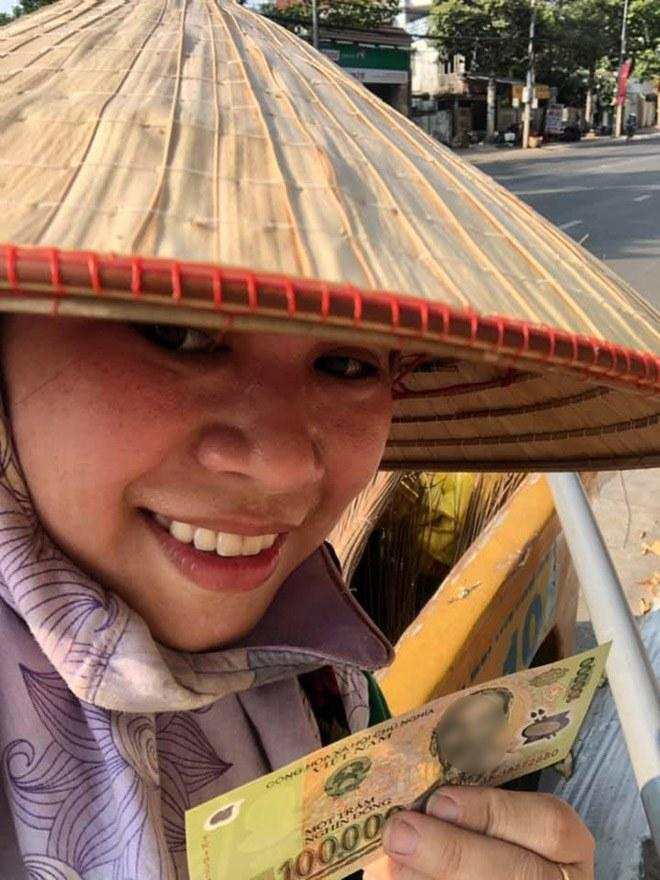 Nụ cười hạnh phúc của chị Mỹ Linh khi được