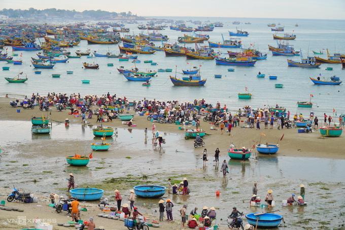 Bãi sau Mũi Né nhộn nhịp cảnh mua bán hải sản và sò điệp, ngày 1/3. Ảnh: Việt Quốc.