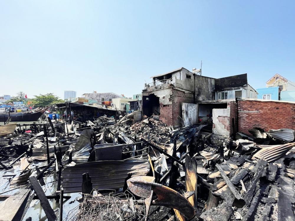 Các căn nhà tạm bị thiêu rụi sau vụ cháy.