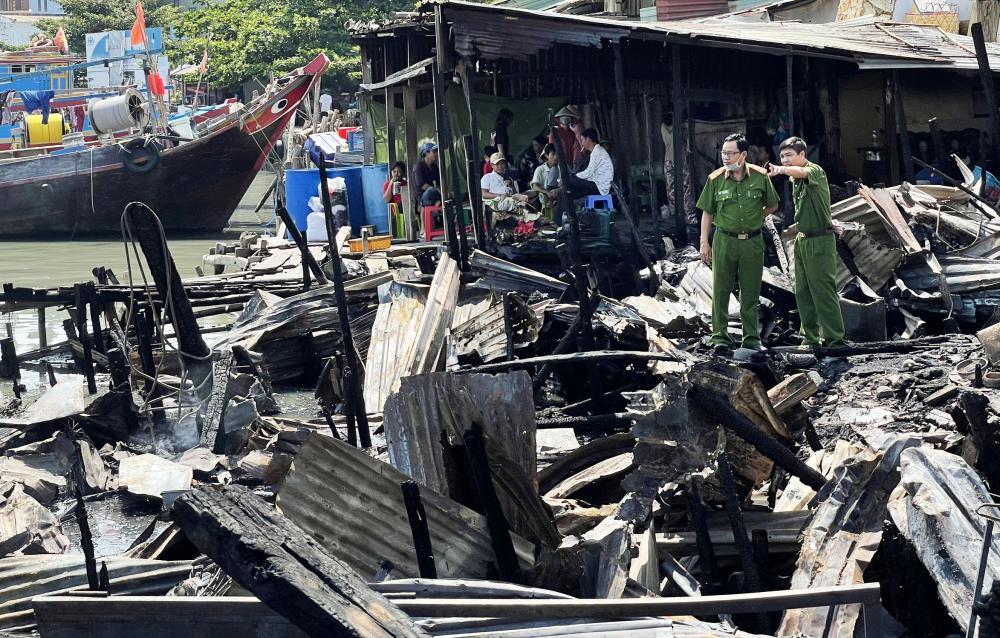 Lực lượng Công an có mặt tại hiện trường để điều tra nguyên nhân vụ cháy.