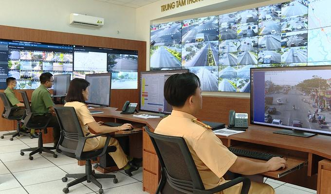 CSGT theo dõi hệ thống tại Trung tâm chỉ huy Công an Bà Rịa - Vũng Tàu. Ảnh: Quang Bình.