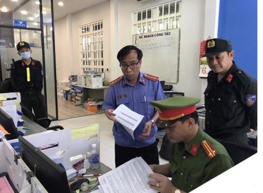 Kiểm sát viên phối hợp Công an tiến hành khám xét tại trụ sở công ty Phúc Lâm. (Ảnh:CA)