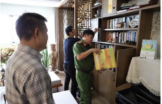 Lực lượng chức năng tiến hành khám xét một số địa điểm của công ty Phúc Lâm.