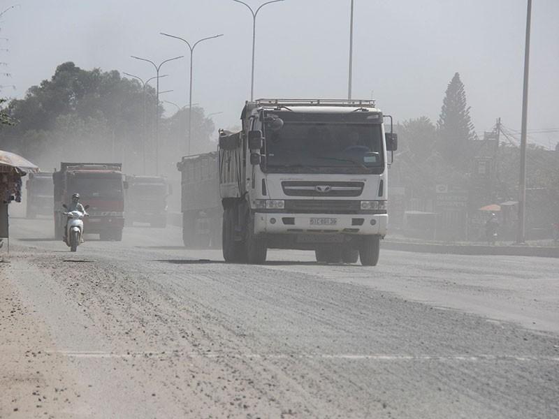 Nhiều đoạn mặt đường quốc lộ 51 xuống cấp, bụi mù mịt gây ô nhiễm môi trường, mất an toàn giao thông. Ảnh: VŨ HỘI