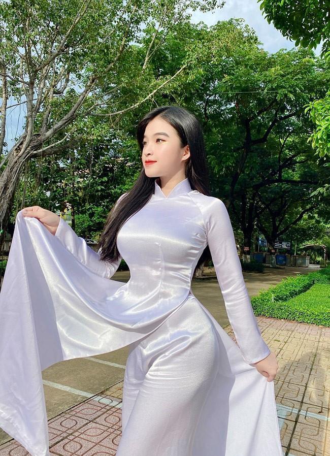 Phan Thị Bảo Trân (18 tuổi, quê Đồng Nai) là hot girl từng nổi như cồn trên mạng xã hội nhờ những khoảnh khắc mặc áo dài trắng cực đẹp.