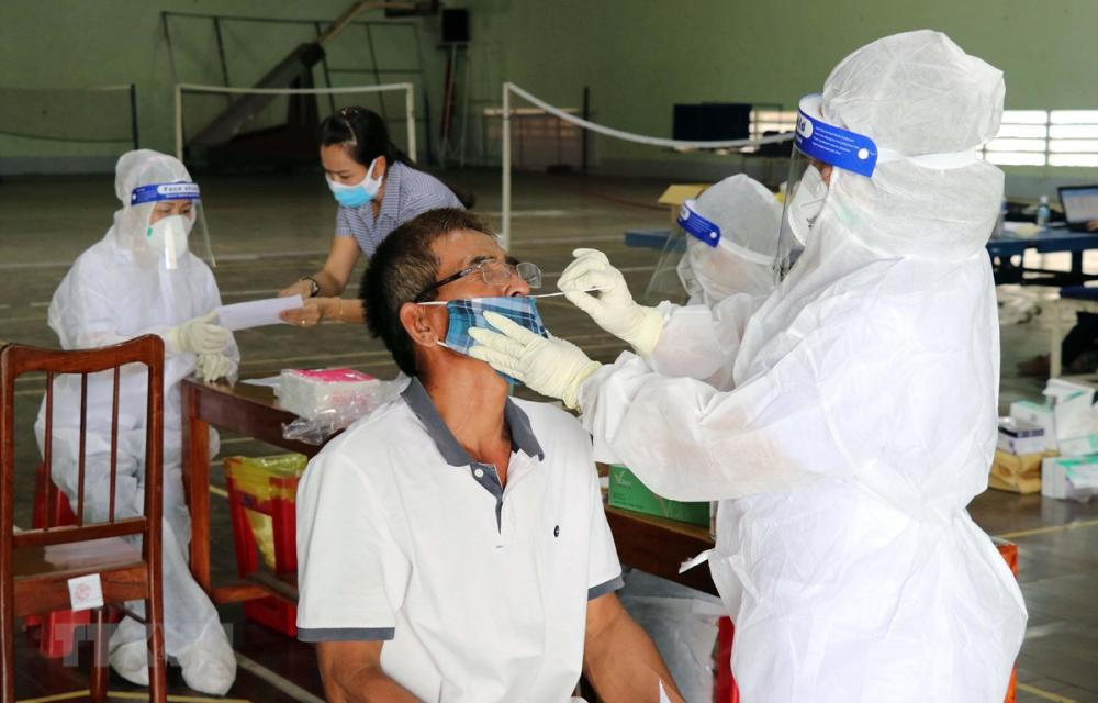 Nhân viên y tế xét nghiệm SARS-CoV-2 bằng kỹ thuật test nhanh kháng nguyên. (Ảnh: Công Thử/TTXVN)