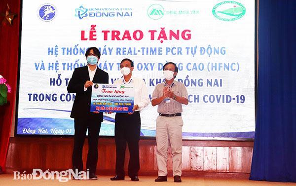 Đại diện Công Ty TNHH Shing Mark Vina trao hệ thống máy xét nghiệm Real Time-PCR cho Bệnh viện đa khoa Đồng Nai