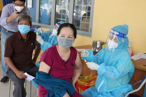 Tiêm vaccine COVID-19 cho người dân. (Ảnh: Chí Tưởng/TTXVN)