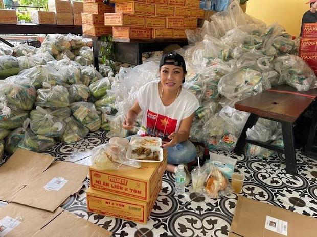 Những ngày vừa qua, Phương Thanh là một trong số nghệ sĩ tích cực tham gia hoạt động từ thiện giúp đỡ người dân khó khăn