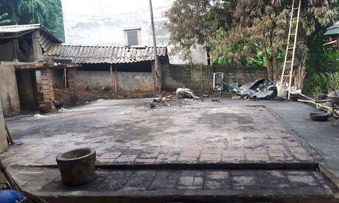 Căn nhà sàn bị thiêu rụi hoàn toàn, chỉ còn lại nền gạch. Ảnh: Lan Lê.