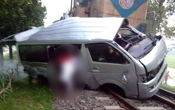 Hiện trường vụ tai nạn tàu hỏa làm 10 người chết. Ảnh: Dhaka Tribune