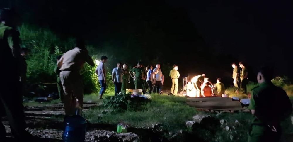 Lực lượng chức năng khám nghiệm sau khi tìm thấy thi thể 4 thanh niên bị đuối nước ở Phú Thọ