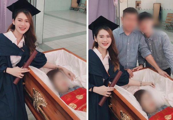 Cô gái mặc lễ phục tốt nghiệp chụp hình bên người mẹ vừa khuất. Nguồn: Facebook