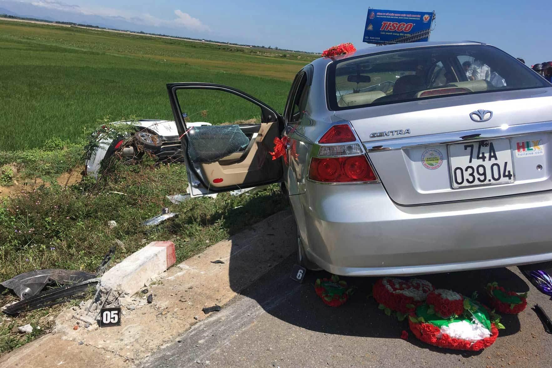 Chiếc xe đón dâu gặp nạn trên đường