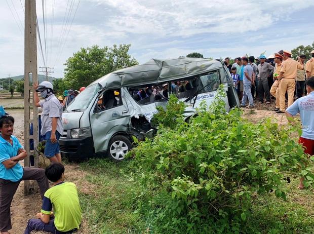 Hiện trường vụ tai nạn kinh hoàng giữa xe khách sau khi đâm vào tàu hỏa. Ảnh: Báo Giao thông
