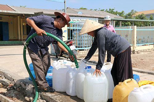 Người dân xã Tân Phúc dùng can, bình để chứa nước.