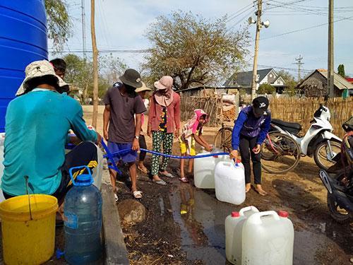 Việc cấp nước ngọt của chính quyền các huyện sẽ giúp người dân vượt qua giai đoạn khó khăn này.