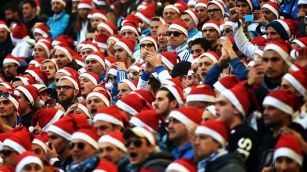Các CĐV thường mặc trang phục ông già Noel tới sân. Ảnh: Wincomparator