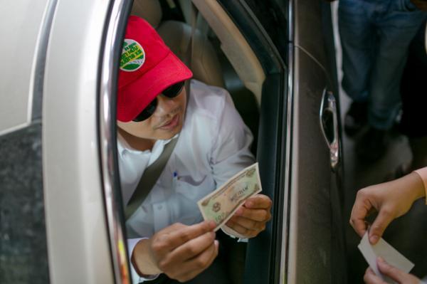 Tài xế không chịu di chuyển khi chưa lấy được 100 đồng tiền thối lại. (Nguồn: vnexpress.net)