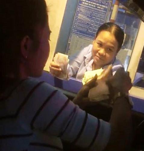 Chị P. trả phí trên quốc lộ 5 bằng tiền lẻ. (Nguồn: Cắt từ clip)