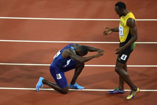 Dù chiến thắng nhưng Gatlin vẫn quỳ lạy thần tượng Bolt.