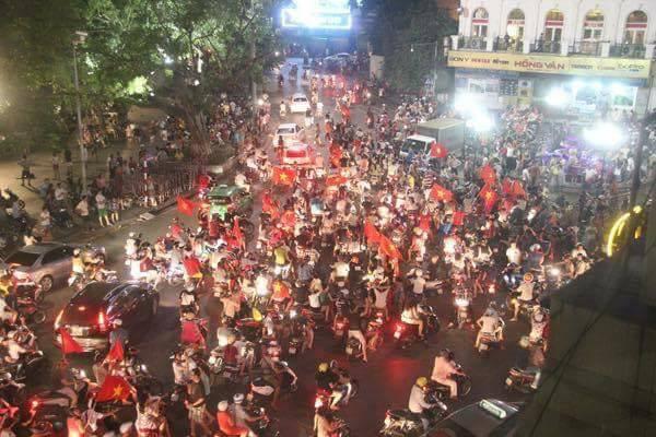 Người hâm mộ Việt Nam hạnh phúc xuống phố ăn mừng chiến thắng- Ảnh VTV24 tổng hợp