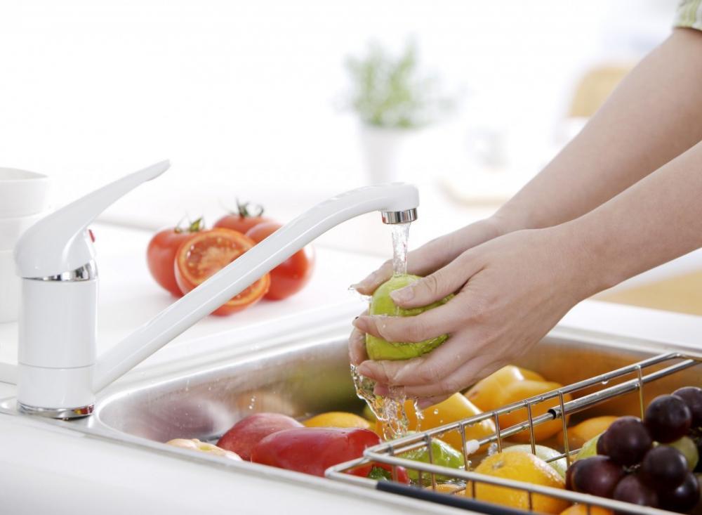 Không nên rửa hoa quả khi bày mâm ngũ quả. (Ảnh minh họa)