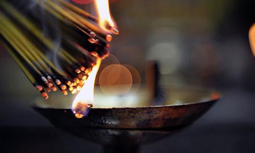 Những gia đình thắp hương nhiều có thể 2-3 tháng tỉa một lần- ảnh Kienthuc.net.vn