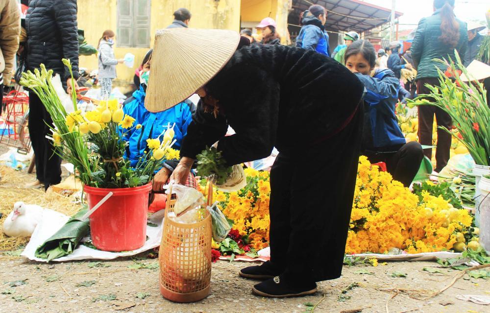 Lọ hoa chơi Tết của bà đơn giản là nắm hoa cúc, hoa thược dược- Ảnh N.P.H