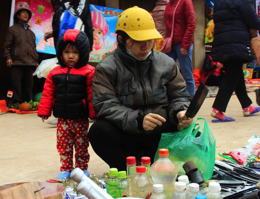 Những em bé thích thú theo mẹ đi chợ- Ảnh N.P.H