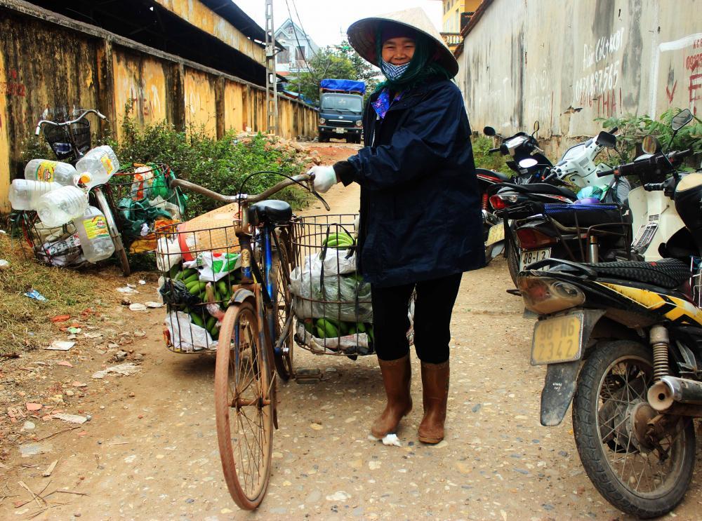 Những người mẹ, người bà chở hàng ra chợ bán- Ảnh N.P.H