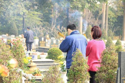 Không nên đùa giỡn, chụp ảnh nơi tảo mộ- ảnh minh họa- nguồn Phunutoday.vn