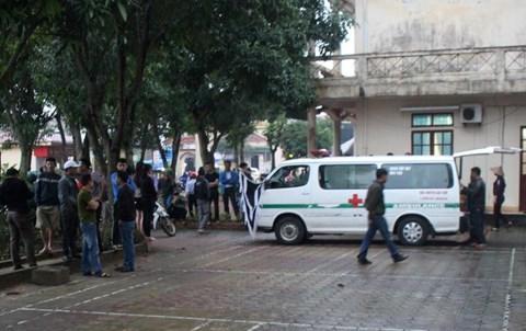 Người nhà đưa thi thể bệnh nhân trở lại Bệnh viện Nghi Xuân