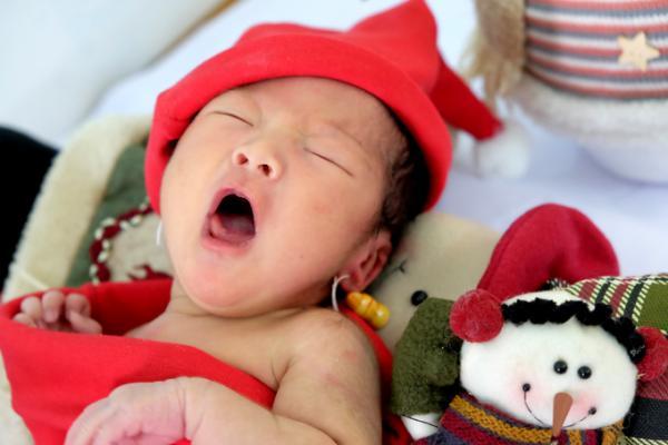 Một nữ điều dưỡng cho biết mẹ bé cùng bạn trai (cũng là bố bé) đến bệnh viện sinh, xuất viện được hai ngày thì ôm con trở lại để cho với lý do không thể tiếp tục nuôi con.