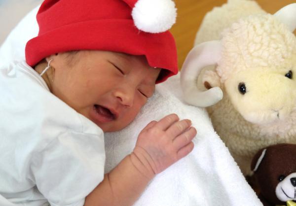 Vài ngày sau đó, bé được mẹ và bố mang đến nhờ các nhân viên y tế nuôi giúp, rồi bỏ đi không quay trở lại. Không phải lần đầu tiếp nhận trẻ bỏ rơi, song nhìn hình hài bé nhỏ của con, các bác sĩ và nữ hộ sinh không khỏi đau lòng.