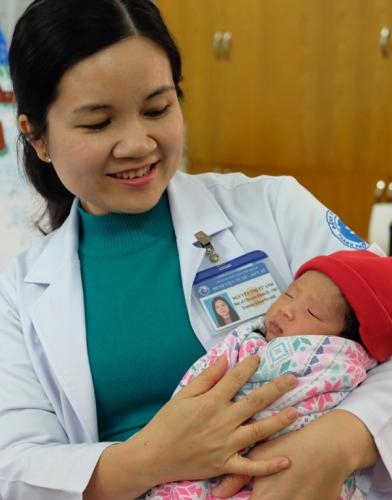 Hơn 2 tuần qua, cô bé sống trong tình yêu thương và chăm sóc của các bác sĩ khoa Sơ sinh. Trong ảnh là bác sĩ chuyên khoa 2 Nguyễn Thị Từ Anh, trưởng khoa luôn xưng mẹ, hết mực chăm lo cho bé.
