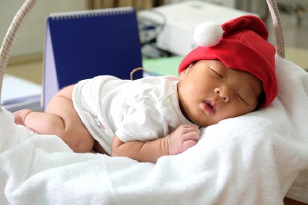 Mặc mọi người vây quanh, cô bé ngủ ngoan suốt cả chiều. Thi thoảng bé trở mình khóc, rồi lại nín ngay.