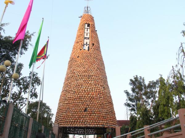 Cây thông Noel độc đáo được làm từ hàng ngàn chiếc nồi đất của người dân giáo xứ Lưu Mỹ để chào đón giáng sinh.