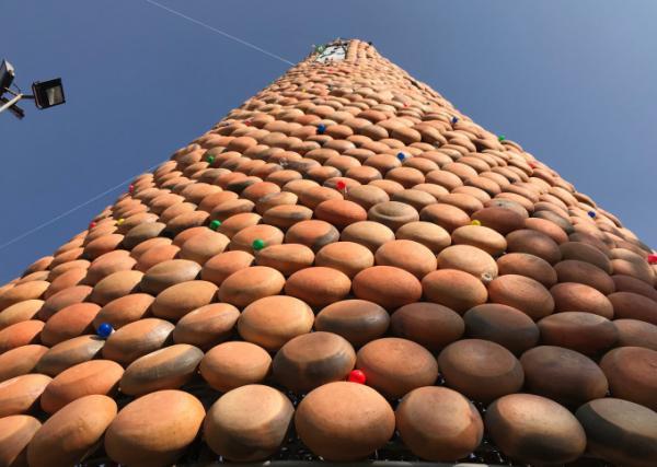 Hàng ngàn chiếc nồi đất được gắn trên khung thép cao tạo nên cây thông khổng lồ cao 25m.